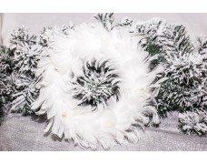 Венок с белыми перьями и бусами 30см
